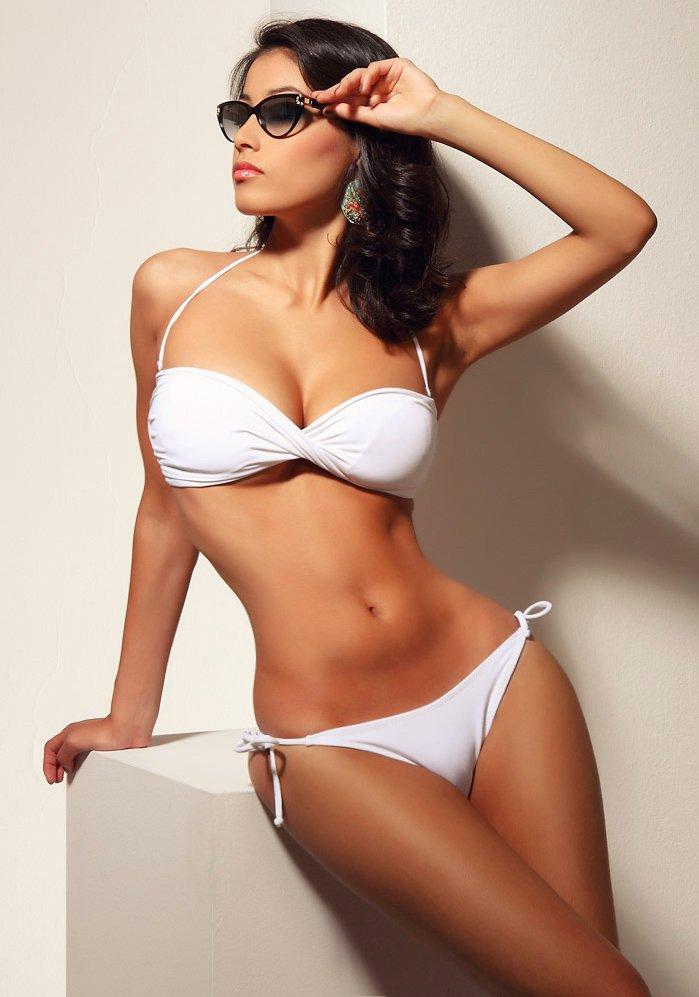 foto de modelo con bikini blanco