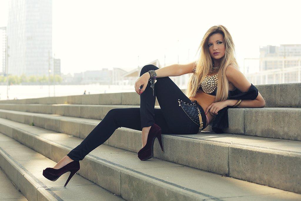 foto de modelo rubia en la calle